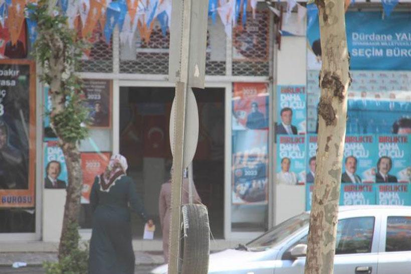AKP seçim bürolarında kimlik bilgisi alınıp yardım vaatleri yapılıyor