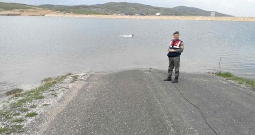 Uyarı tabelası olmayan yoldan gölete giren araçta 4 kişi öldü