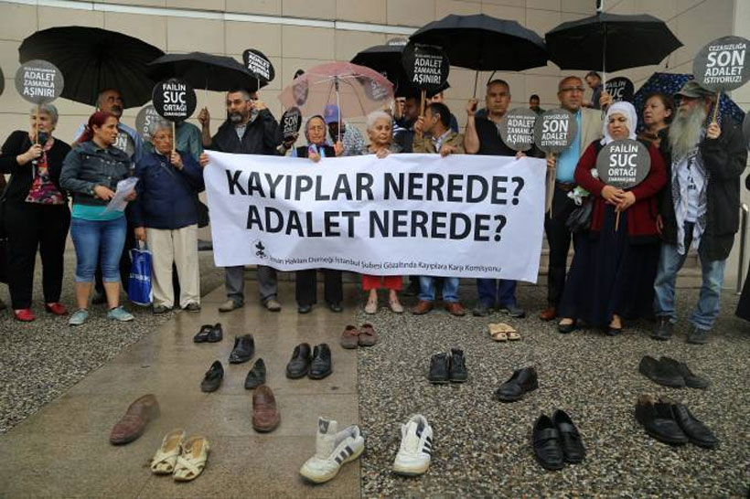Cumartesi Anneleri İstanbul Adliyesi önüne bağcıksız ayakkabı bıraktı