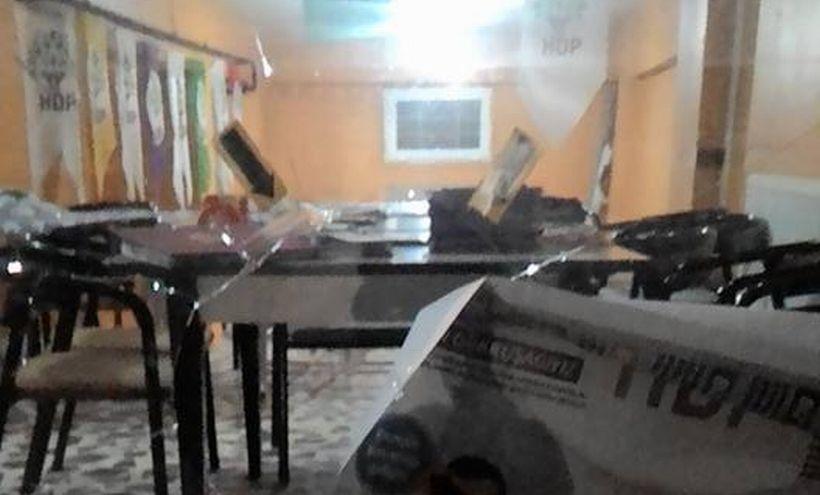 HDP'nin Elazığ'daki seçim bürosuna taşlı saldırı