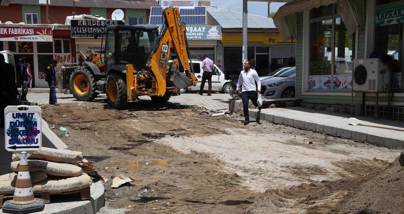 Çalışmıyor diye eleştirilen AKP'li belediye seçim öncesi parke taşı döşedi