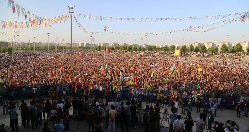 Yüz binlerce kişi Diyarbakır'da saldırılara cevap verdi