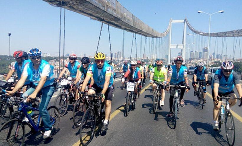 Çevreci bisikletçiler Boğaz'dan geçti