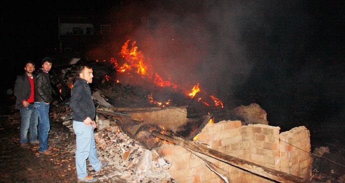 Çorum'da köy yangını; yaklaşık 30 ev kül oldu