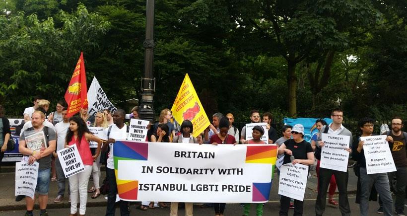 Onur yürüyüşüne saldırı Londra'da protesto edildi