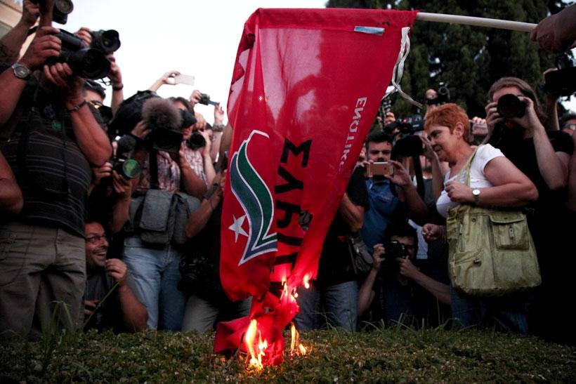Acı reçeteye karşı yapılan eylemde SYRIZA bayrağı yakıldı