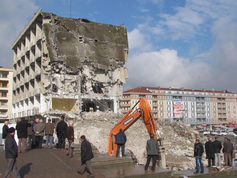 Boyabat belediye binası, hizmete girmeden yıkıldı