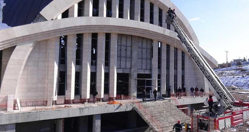 Cami inşaatında iskele çöktü: 5 işçi yaralandı