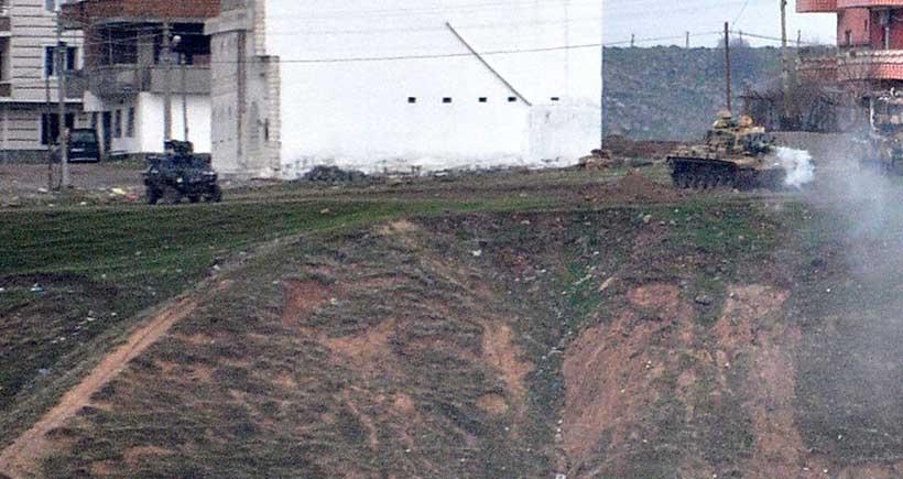 Cizre'de yarım gün açık kalan fırın ve marketler tamamen kapatıldı