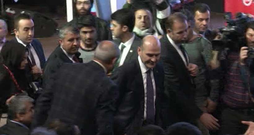 Çalışma Bakanı Süleyman Soylu, işçilerin tepkisi üzerine DİSK genel kurulunu terk etti