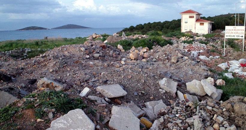 Cunda Adası'da  moloz tepesi oluştu