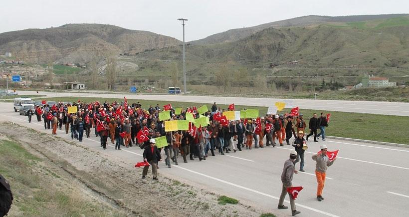 Amasya'da maden işçileri çalıştıkları ocağın kapatılmasını protesto için yol kapattı
