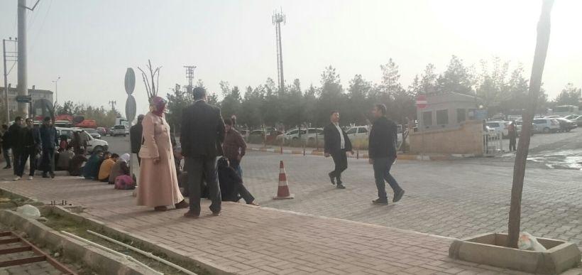 Urfa'da gözaltındaki yakınlarını bekleyenlere karakoldan Mehter Marşı çalındı!