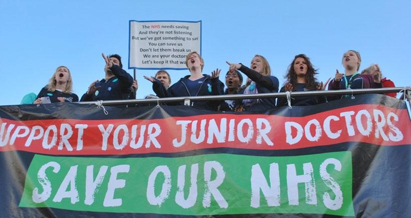İngiltere'de asistan doktorlar yine sokağa çıktı: Asistan doktorların  direnişi büyüyor