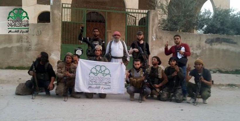 Türkiye'nin de desteklediği cihatçı gruplar stratejik sınır kasabasını IŞİD'den aldı