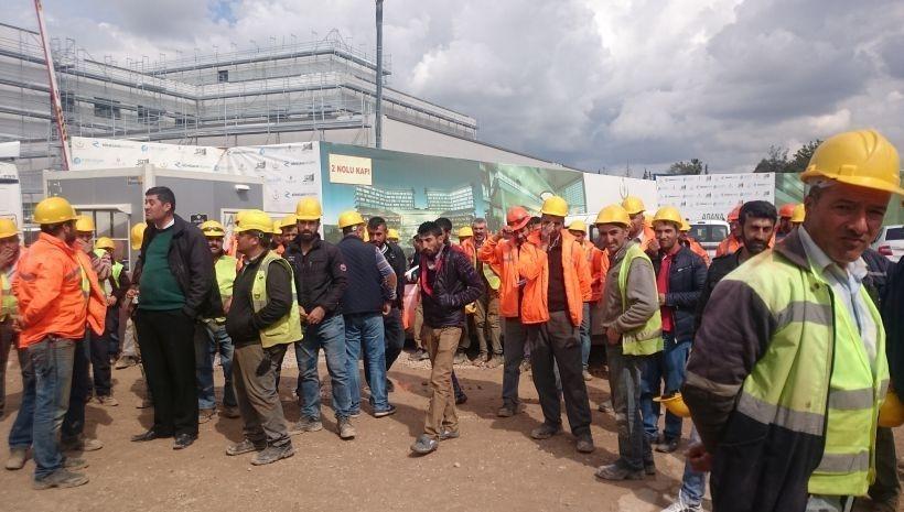 Adana Şehir Hastanesi inşaatında çalışan işçiler tazminatları için eylemde