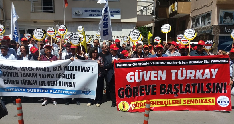 Antalya'da BES Üyesi Güven Türkay'ın yaptığı paylaşım nedeniyle işten atılması protesto edildi