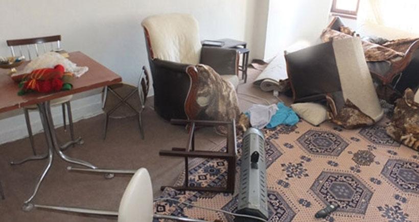 Bacak bacak üstüne attı diye gözaltına alınan gazetecinin evine polis baskını