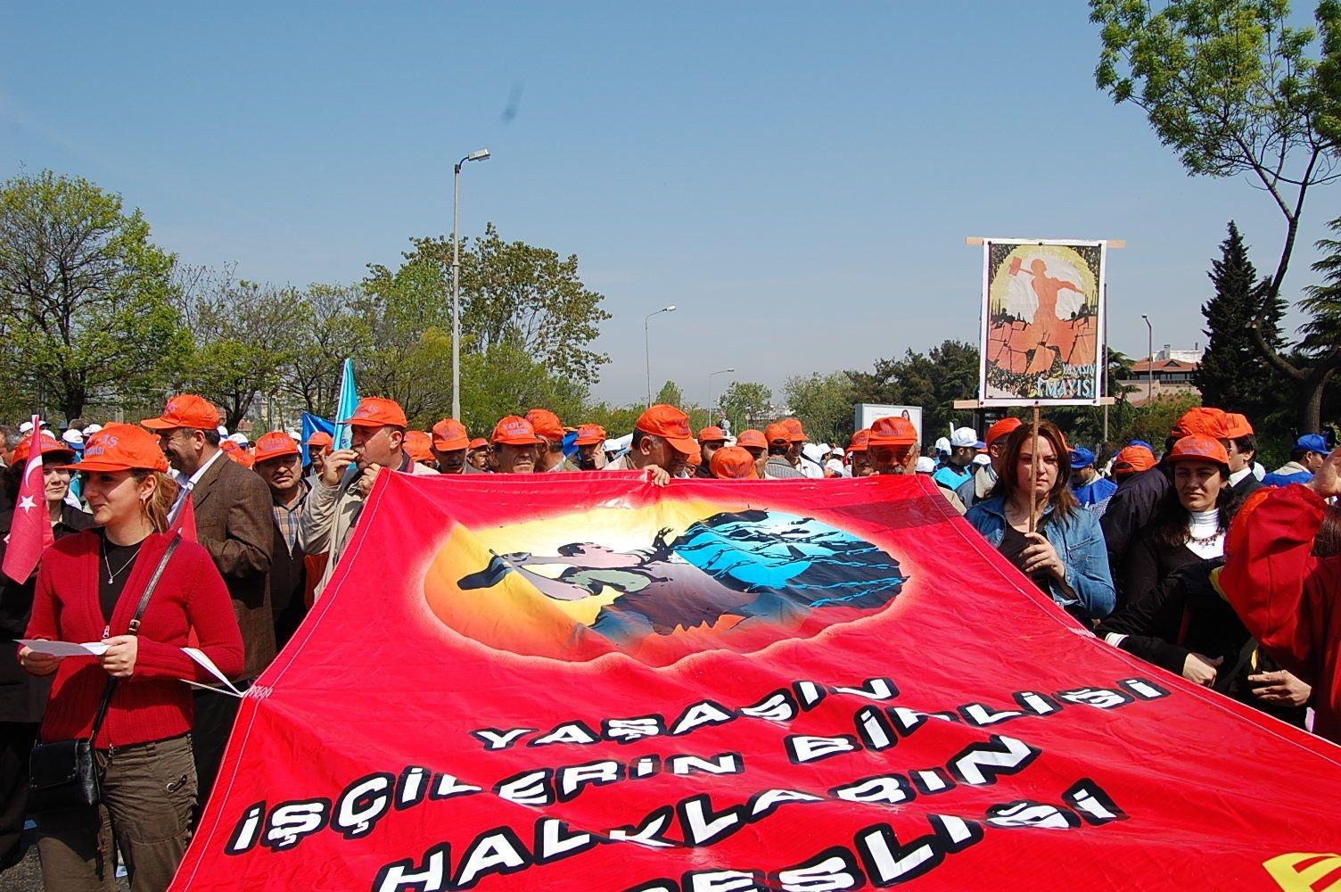 1 Mayıs sınıfı birleşmeye  ve barış mücadelesine çağırıyor