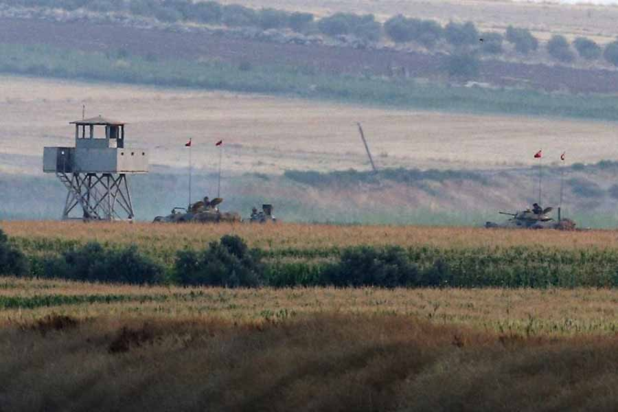 TSK, Cerablus'ta IŞİD'i, Menbiç'te PYD'yi vurdu