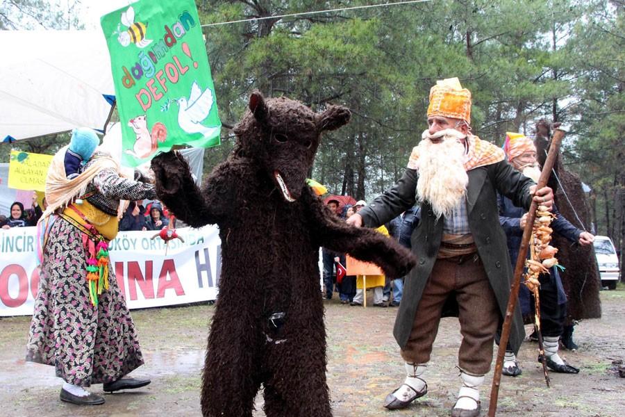 Ayı ve deve kostümüyle taş ocağına karşı eylem