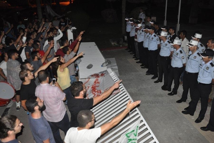 Kıbrıslı gençler AKP'nin  ofis kurma kararına tepkili