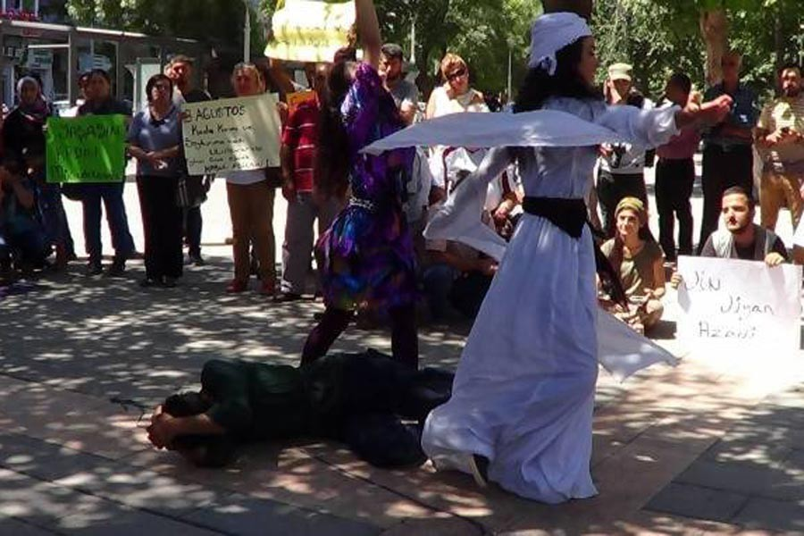 Soykırım yıldönümünde Êzidî kadınlar için beyaza büründüler