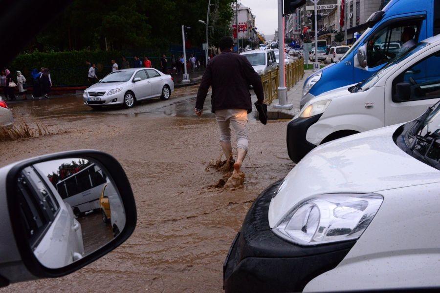 Erzurum'da sağanak yağış zor anlar yaşattı