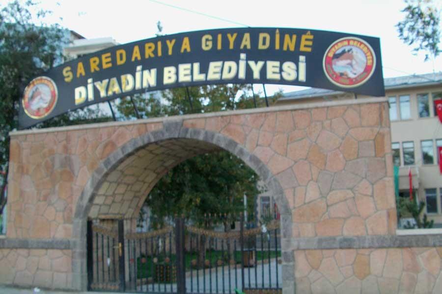 Diyadin'de kayyımın indirdiği Kürtçe tabela yeniden asıldı