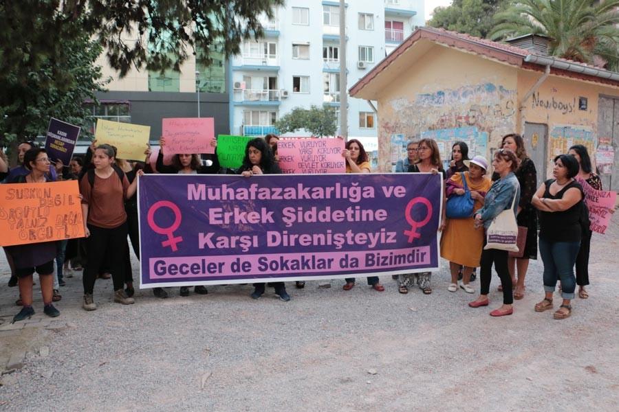 İzmir'de kadınlar şiddete karşı tepki gösterdi