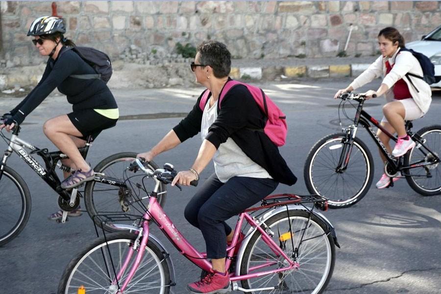 Ayvalık'ta şortlu kadınlardan bisiklet turlu tepki