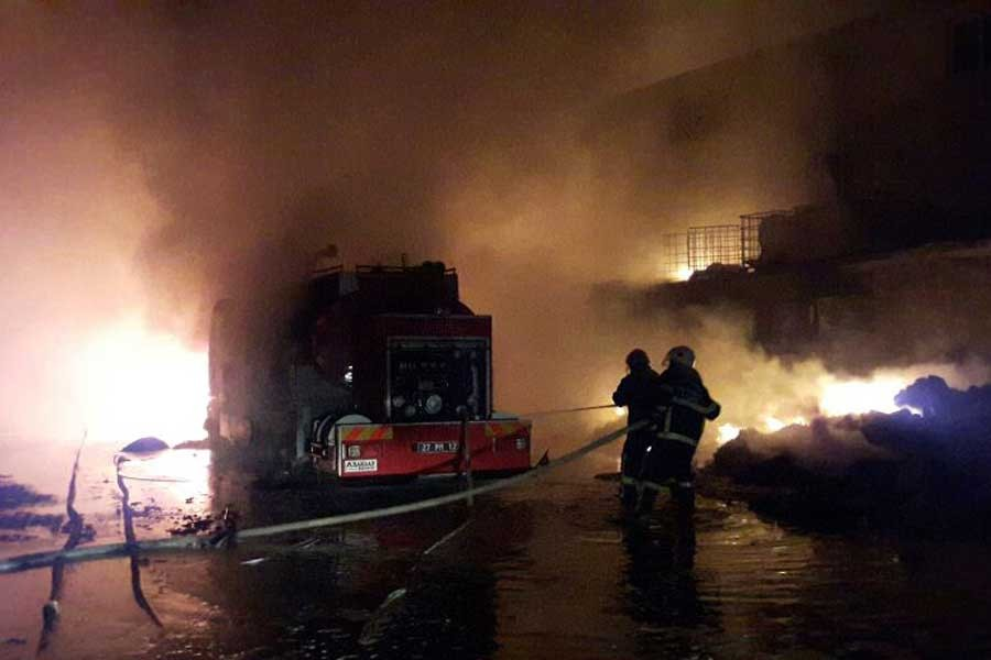 Antep'te tutkal fabrikası yandı, 7 itfaiyeci yaralandı