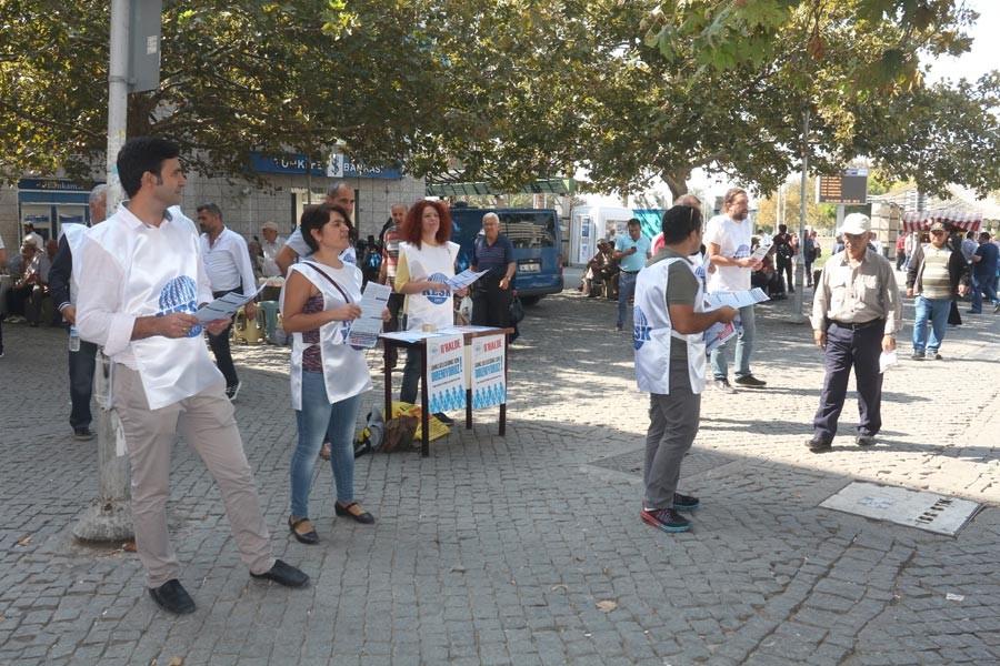 İzmir'de KESK'liler, OHAL'e karşı imza istediler