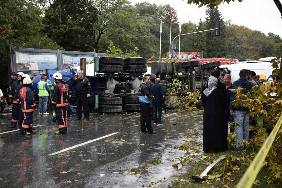 Maslak'ta beton mikseri devrildi: 1 ölü 5 yaralı