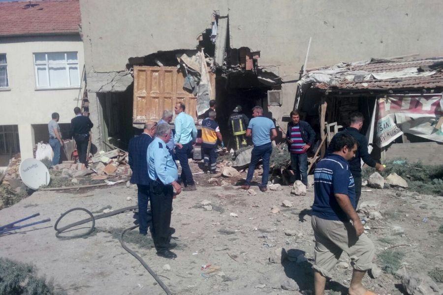 Freni boşalan kamyon evin duvarını yıktı: 1 ölü 6 yaralı