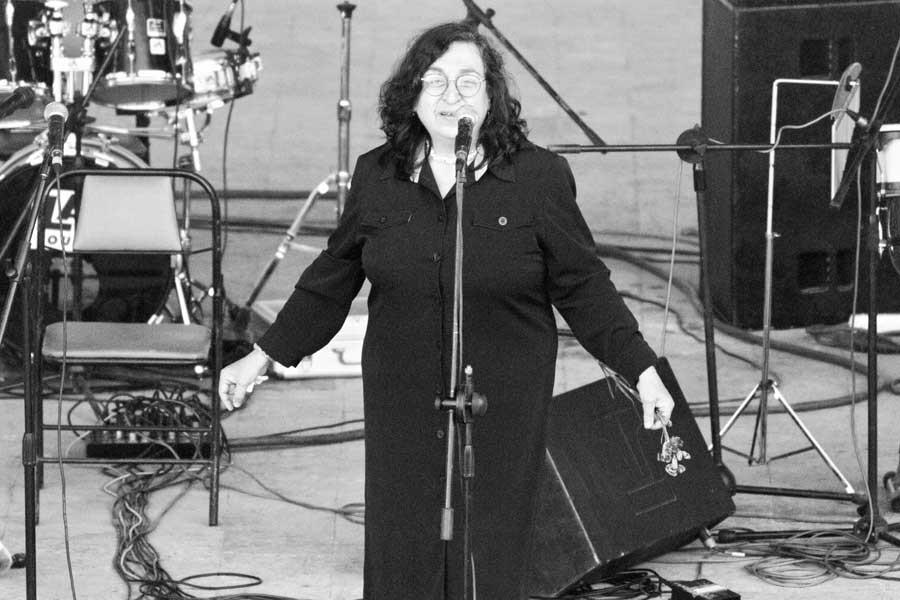Sennur Sezer'e 1. yıl armağanı: Sevdadır Kısaltan Geceyi