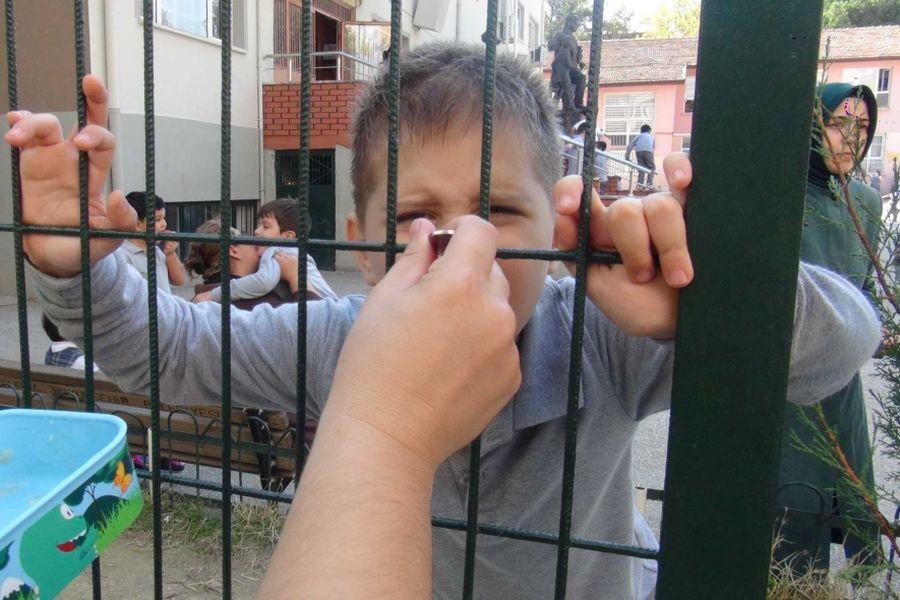 Miniklere OHAL zulmü: Tel örgülü beslenme!