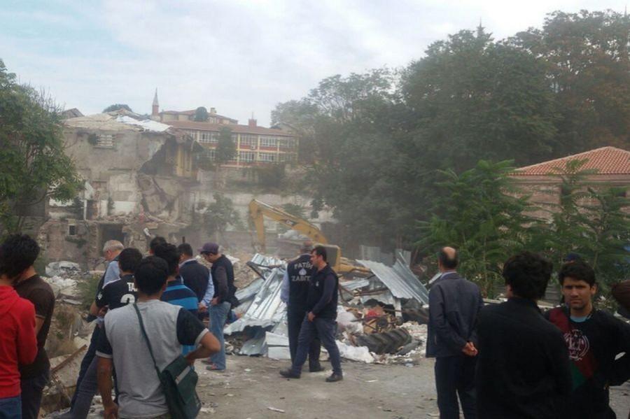 Fatih Belediyesi kağıt depolarını yıktı