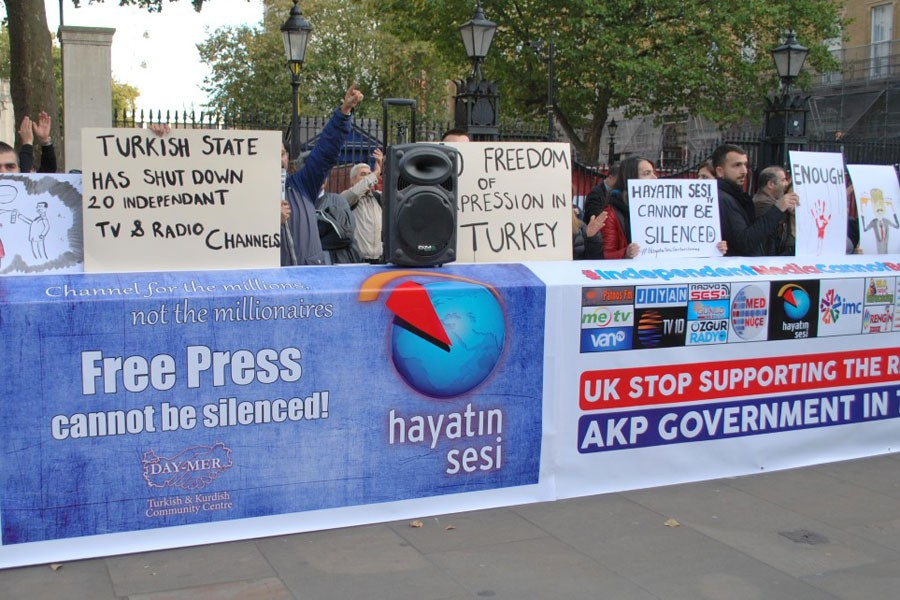 Kapatmalara sessiz kalan İngiltere hükümeti protesto edildi