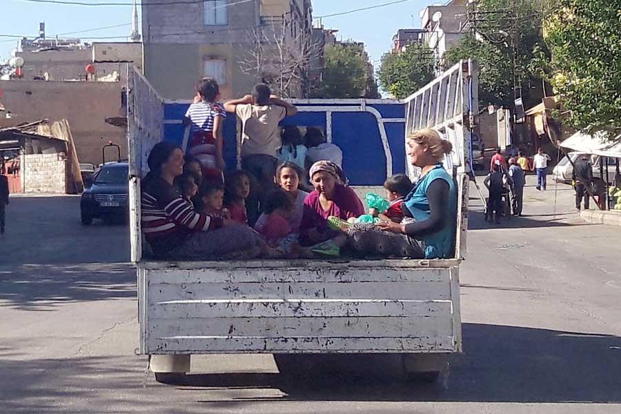 Kamyonet kasasında çoğu çocuk 16 kişi!