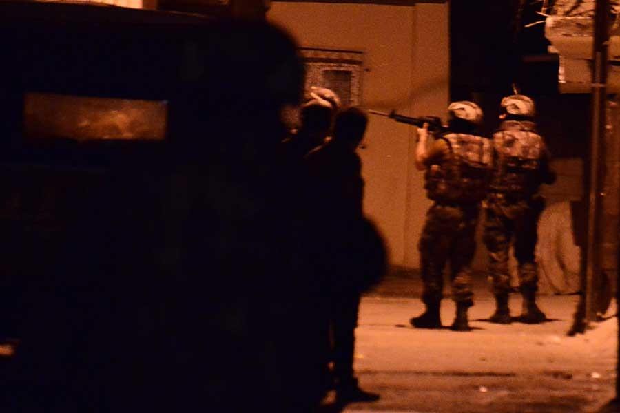 Adana'da ev baskınları ve gözaltı