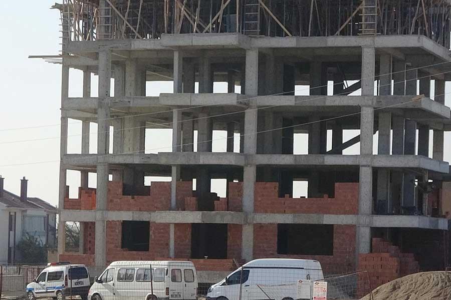 İnşatta 4'üncü kattan düşen 2 işçi ağır yaralandı