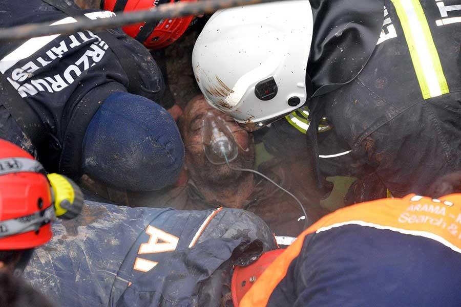 Toprak altında kalan işçi güçlükle yaralı kurtarıldı