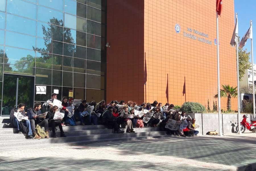 Ege'de öğrenciler topluca gazete okudu
