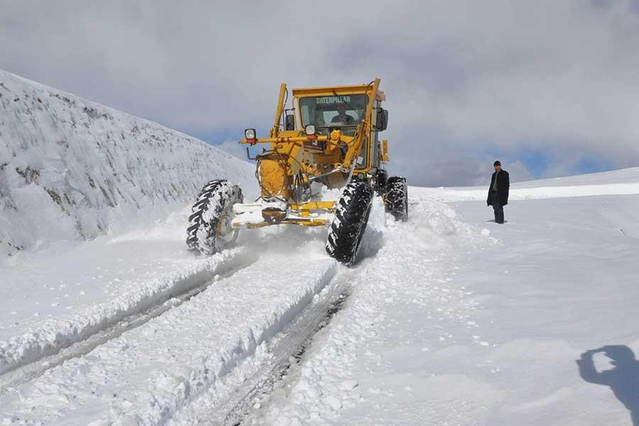 Muş'ta kar köy yollarını kapattı
