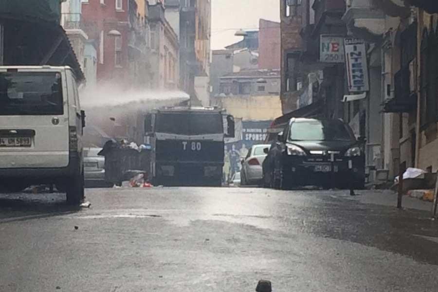 İstanbul il binası önünde polis saldırısı