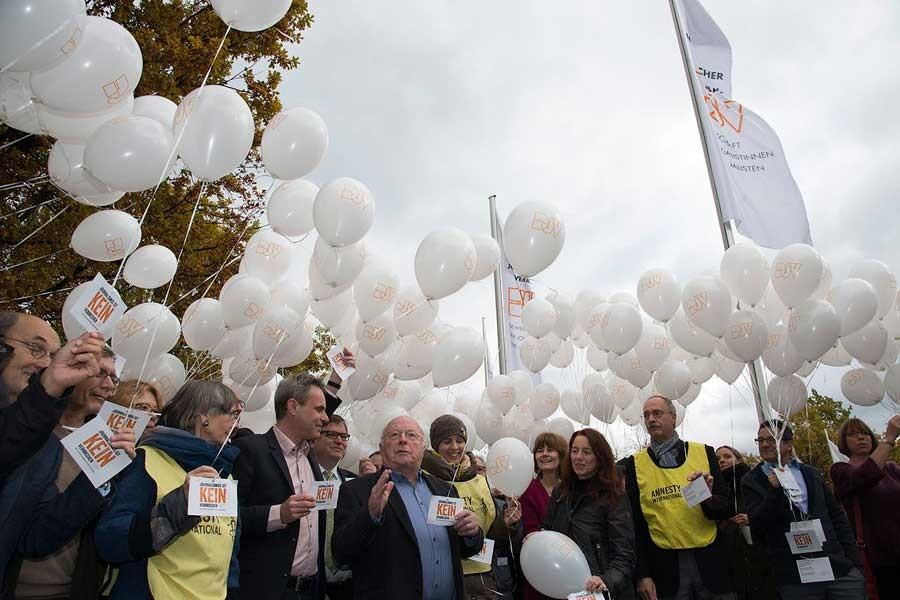 Alman gazeteciler, tutuklu meslektaşları için balon uçurdu