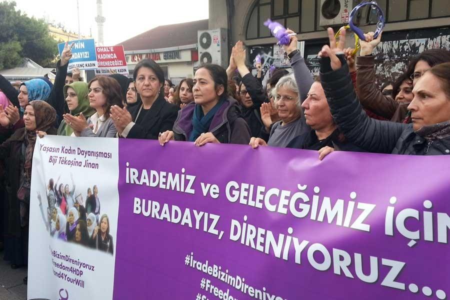 Kadıköy'de karakolun önünde bekleyenlere ırkçı saldırı