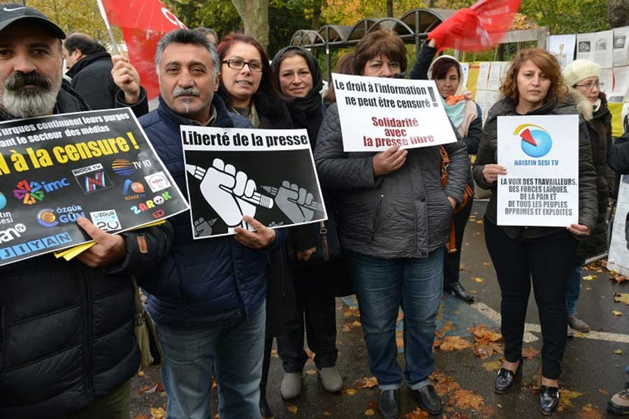 Fransa'da Cumhuriyet'le dayanışma eylemi yapıldı