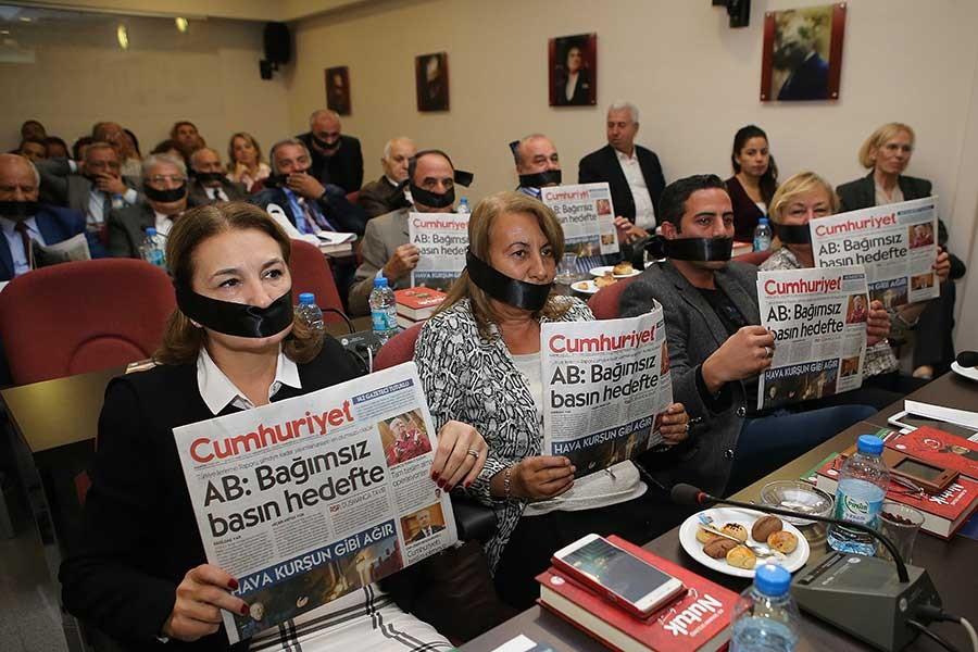 Karşıyaka Belediyesi'nde Cumhuriyet'e destek eylemi